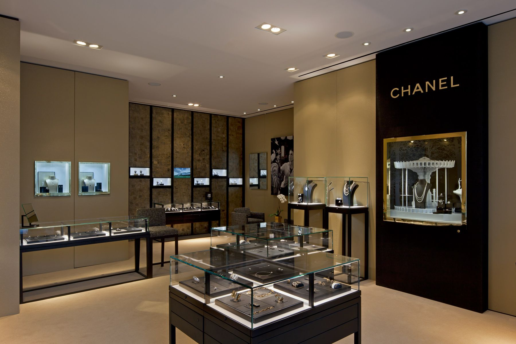 Pin By Li Yunbo On Chanel In 2019 Jewelry Store Displays