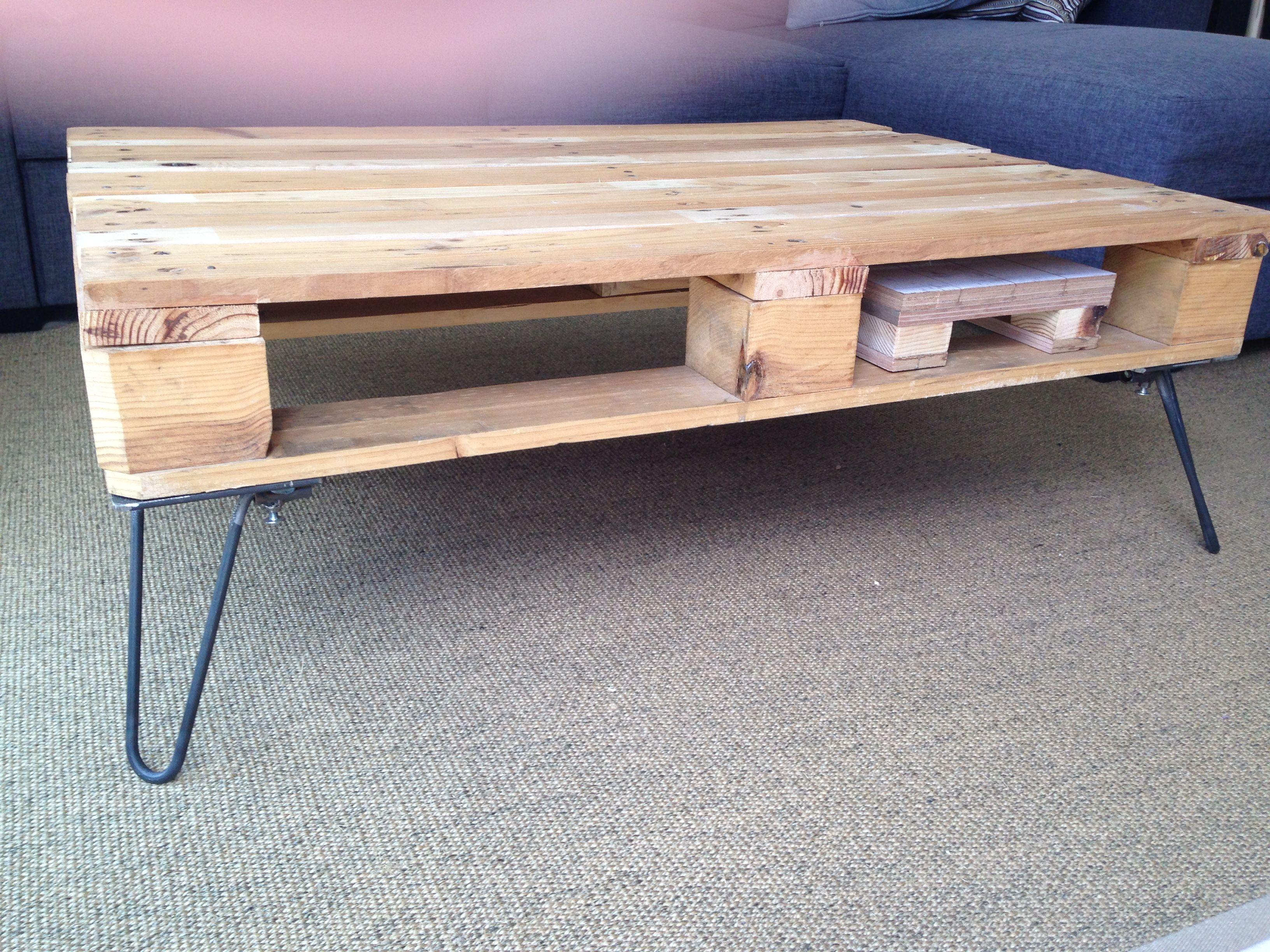 table basse en palettes avec pieds en epingle a cheveux fait