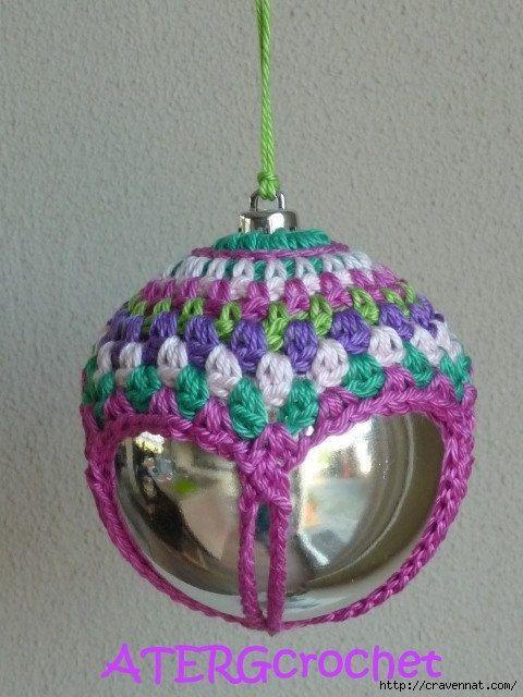 pallina decorata con lavorazione ad uncinetto