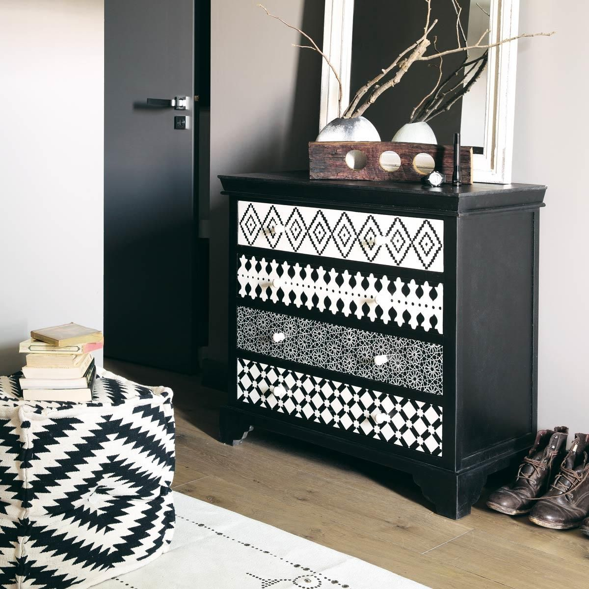 repeindre sa commode avec plusieurs patterns g om triques pinteres. Black Bedroom Furniture Sets. Home Design Ideas