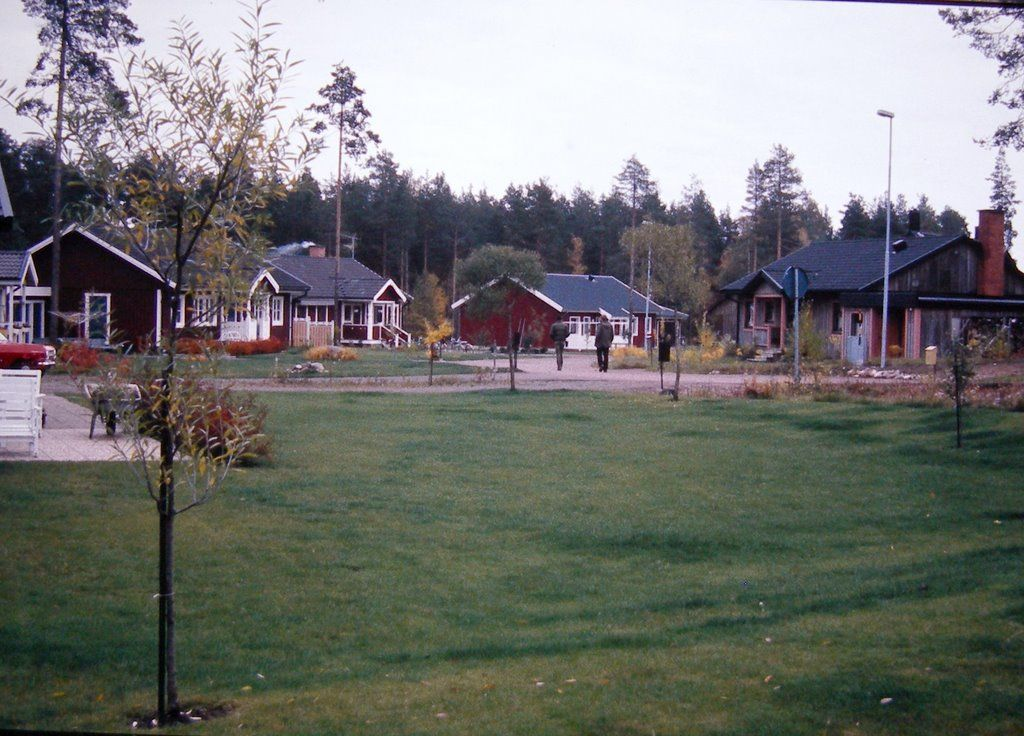 Schweden Mora Okt 1984, Morkarlby, Mora, Sweden - birthplace of Anna Mattzdotter (KPM9-Y54) born 1624 and married in Mora to Per Erichsson (LWJ1-3NH); and of Erick Nilsson (LH6P-FB2) born about 1575 and married Karin Mattzdotter (LH6P-N39) in Mora.  Karin was born in 1576. Edwin Hyrum Anderson line