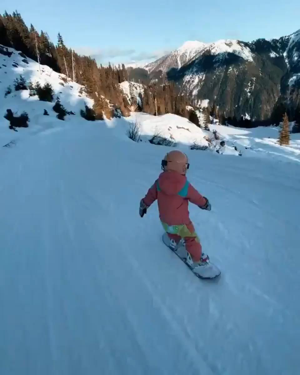 Photo of Niña de 4 años de snowboard
