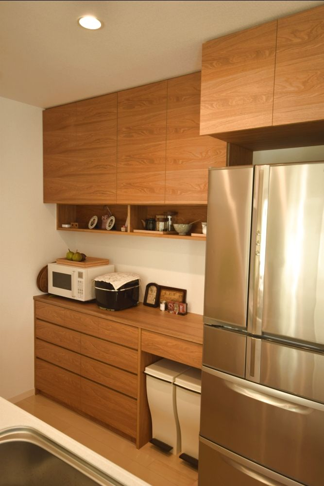 Fさんのクルミ材の食器棚と冷蔵庫上の吊戸棚 キッチンデザイン リビング キッチン マンションキッチン