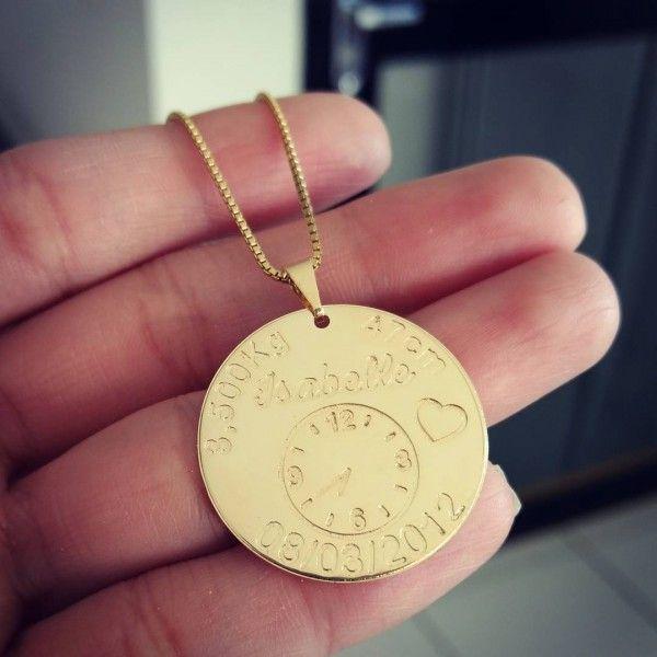 Gargantilha Medalha Dados do Nascimento em Banho de Ouro   Joias e ... c9643815cd