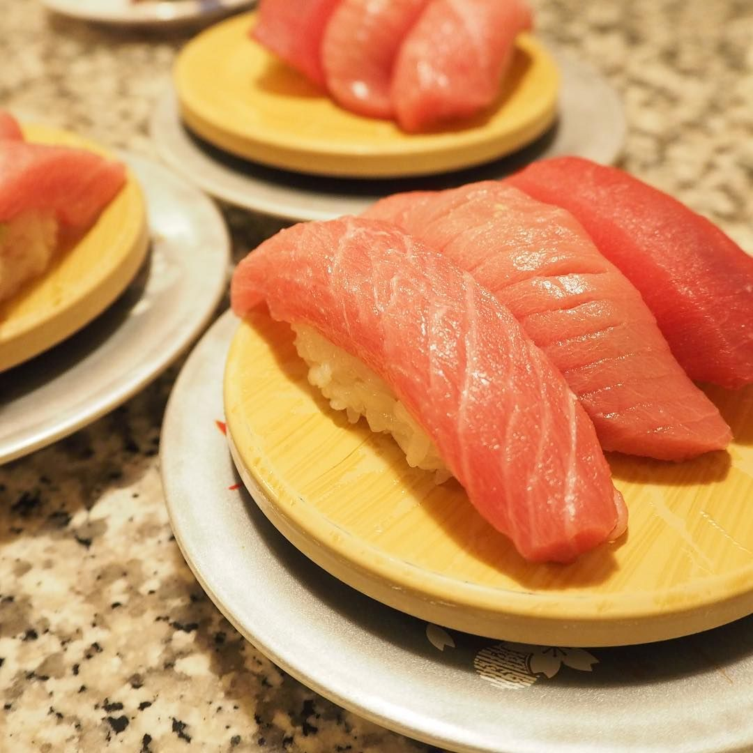 Kaitenzushi 回転ずし Revolving Sushi On A Conveyor Belt Is The Fast Food Department Of Sushi Cuisine We Have Selected 12 Good Sushi Chef Food Revolving Sushi