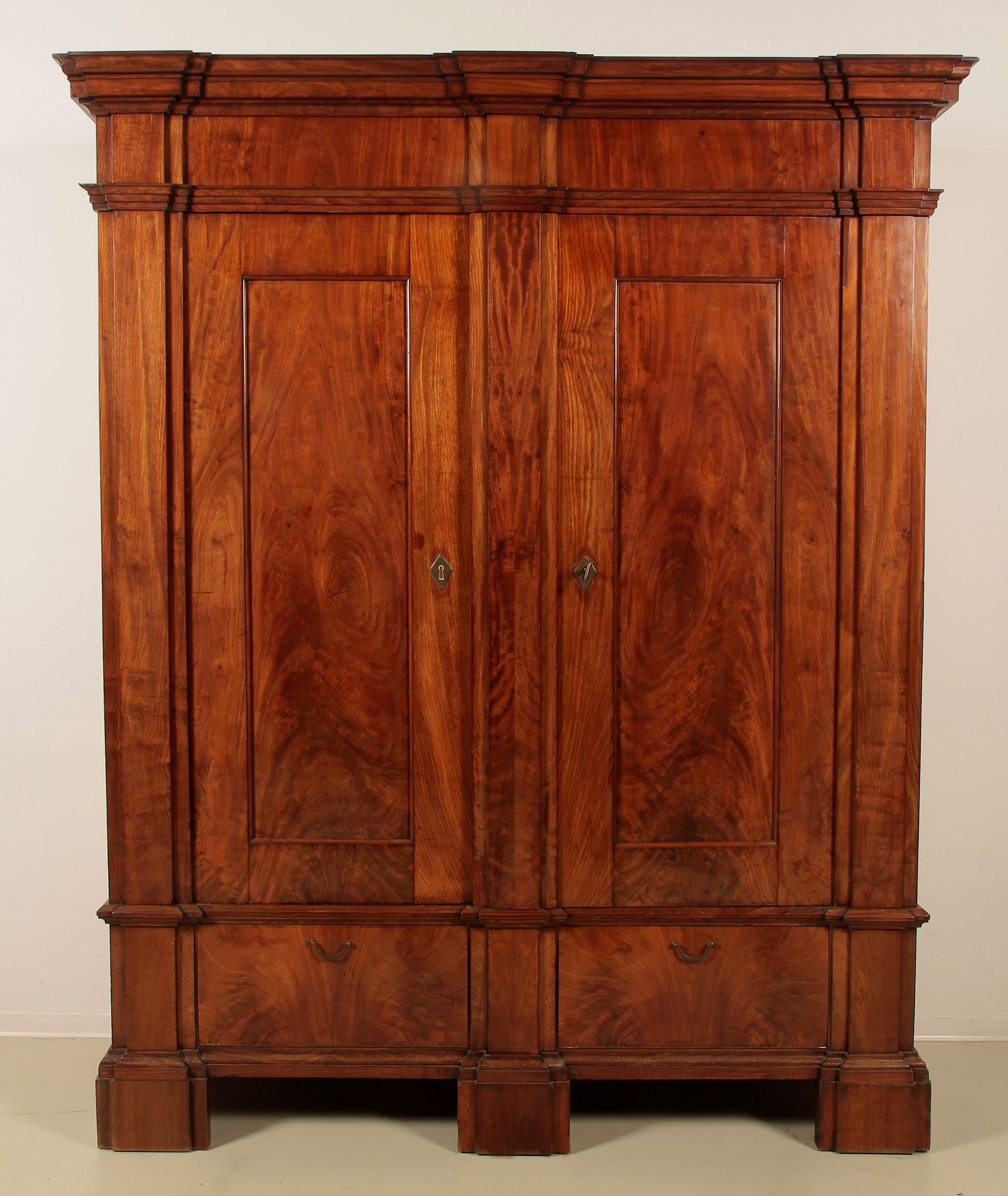 aussergew hnlicher biedermeier w scheschrank epoche biedermeier holzart mahagoni ma e h he. Black Bedroom Furniture Sets. Home Design Ideas