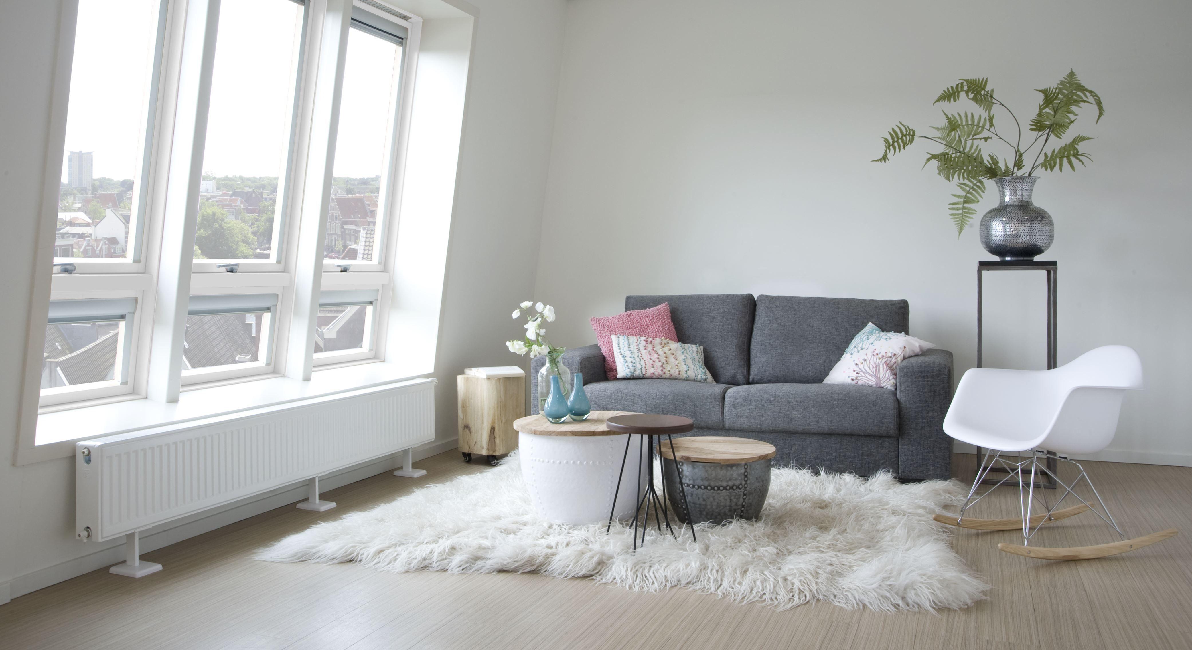 Moderne ruime woonkamer met een mooie lichtinval vanuit het dakraam