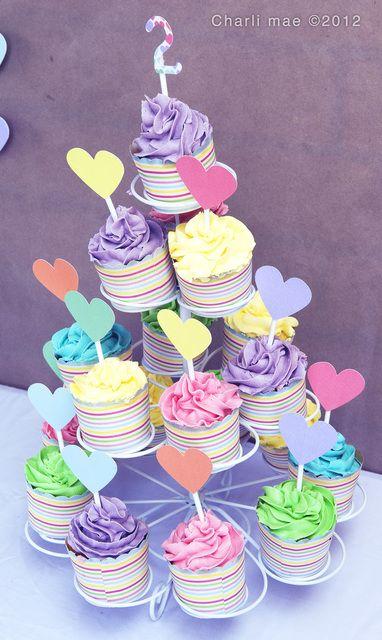 """Nos ha encantado esta """"pirámide"""" de #cupcakes. Los colores son preciosos! Y la idea de ponerle los corazones la hace muy especial."""