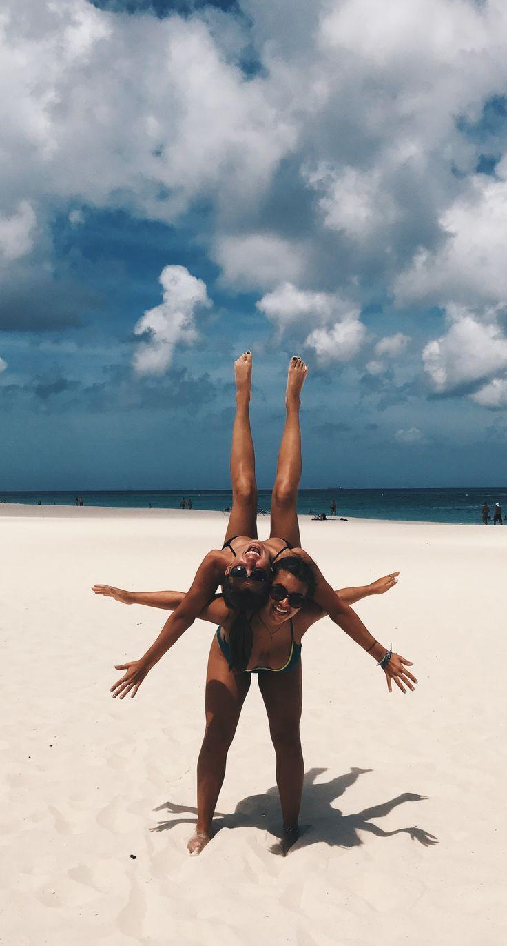 Nettes Bild von zwei besten Freunden am Strand