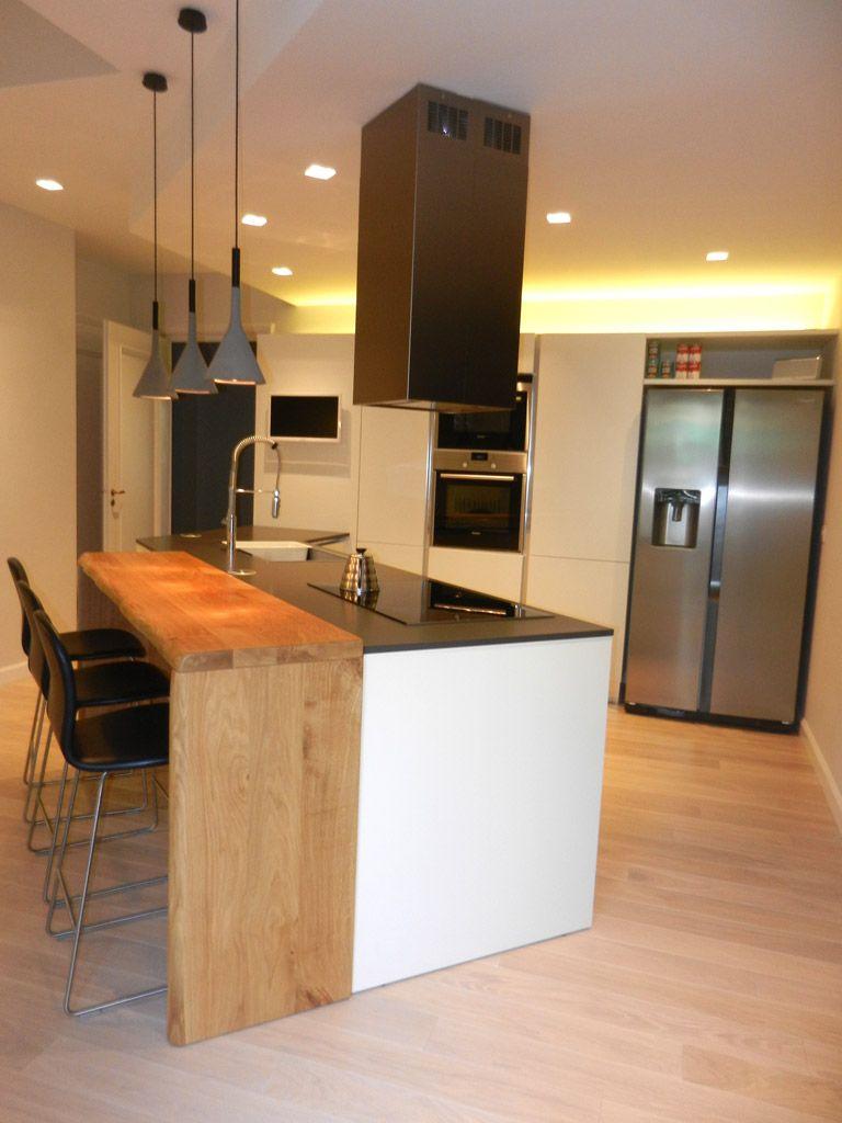 Grande cucina moderna con piano snack in legno massello for Piano cucina legno