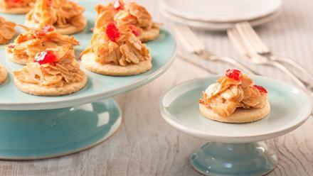 Florentiner | Ein einfaches Rezept für Florentiner. Das Mürbeteigplätzchen mit Sanella krönt ein knuspriges Häubchen aus Mandeln und Belegkirschen.
