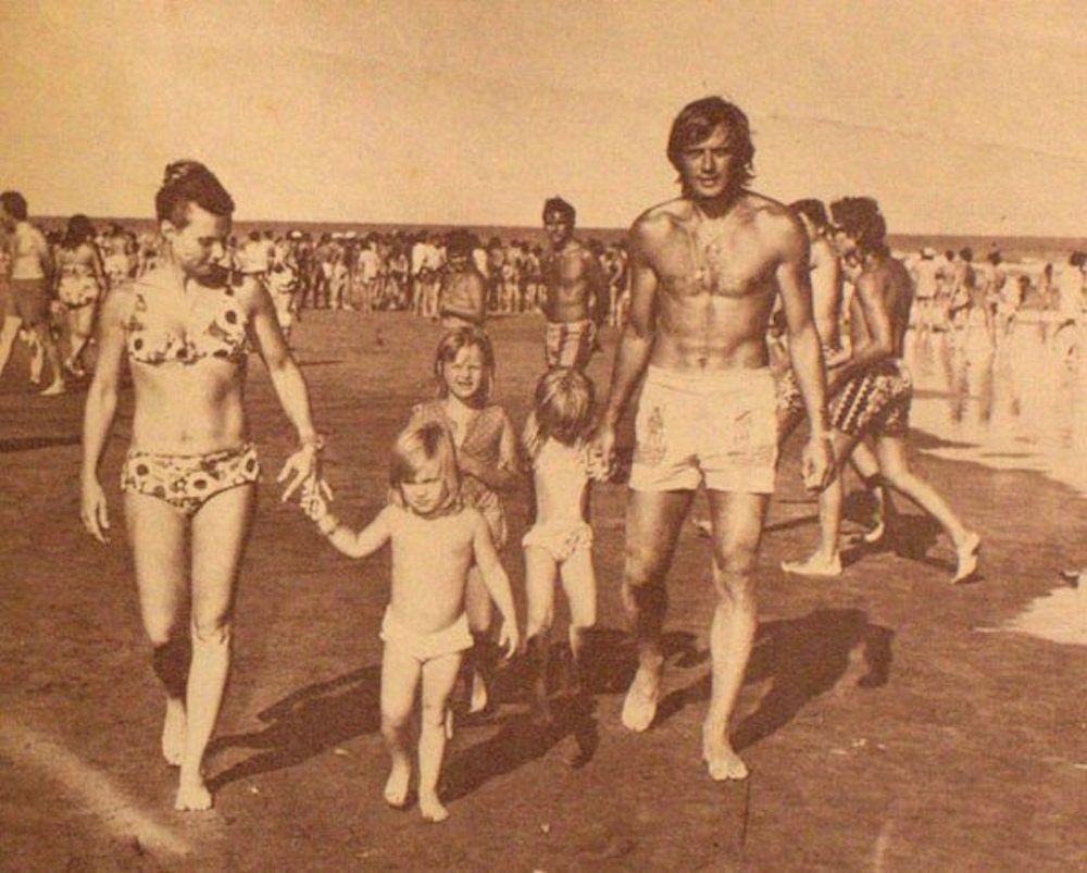 """Silvio Marzolini y su familia en playa de Mar del Plata, año 1973. Foto de """"Historia de Boca"""" enviada a nuestra cuenta de twitter @fotosfamiliamdp por @divagadiana"""