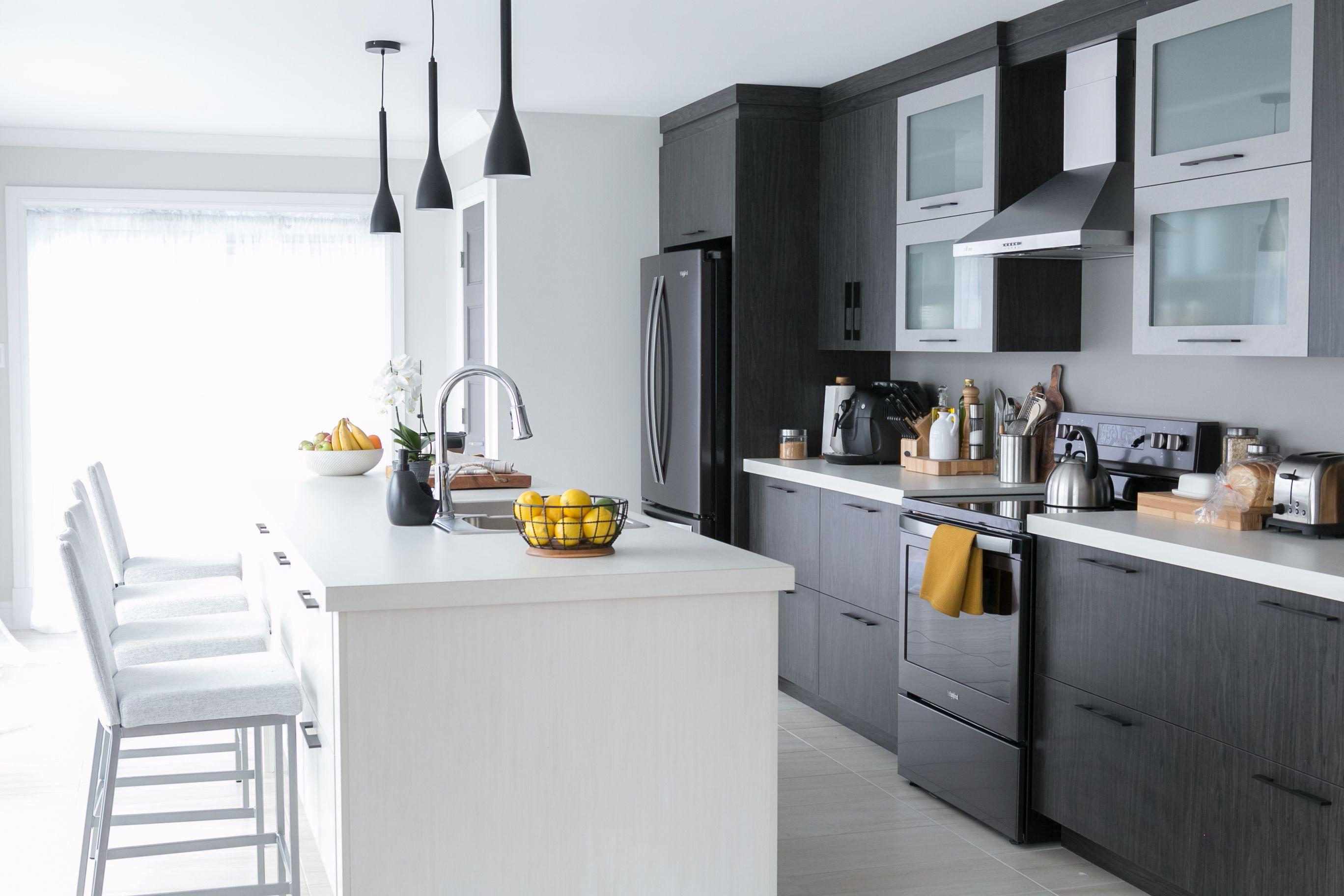 Coup De Coeur Pour Cette Cuisine Moderne Et Elegante Cuisine Kitchen Style Gris Grey Interieur Interior Design Diy Kitchen Kitchen Kitchen Benches