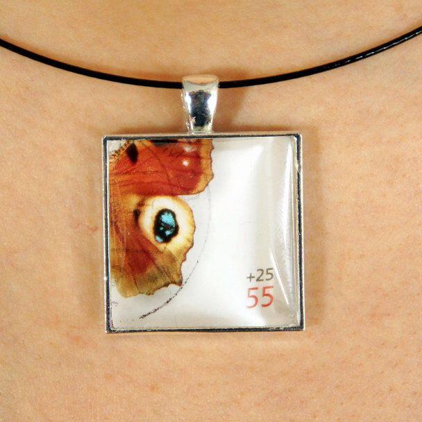 Magnifique pendentif fait avec un timbre-poste oblitéré par PetiteMeduse sur Etsy https://www.etsy.com/fr/listing/231106979/magnifique-pendentif-fait-avec-un-timbre