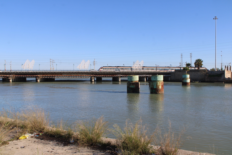 trenes sobre el puente que cruza el río Guadalete