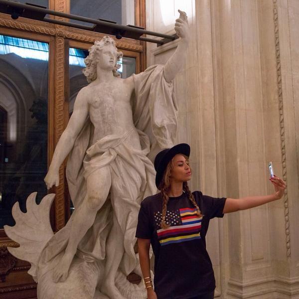 Selfie-Obsessed Beyoncé Pisses Off Parisians With Obnoxious Louvre Visit