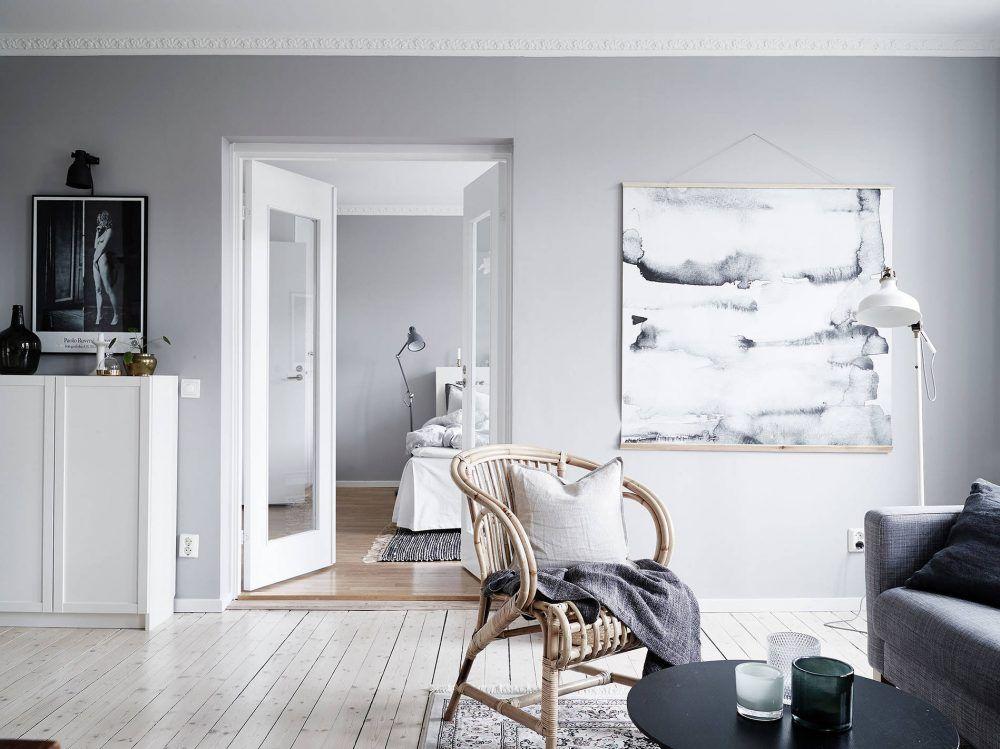 Grijstinten en groene planten in een zweeds appartement in