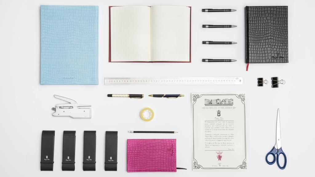 #RoyalNotes Knolling.  #notebooks #notepad #handmade #madeinitaly #knolling #colori #colours #fashion #design #handcrafted #note #nota #appunti #classico #luxury #exclusive #essentials #paper