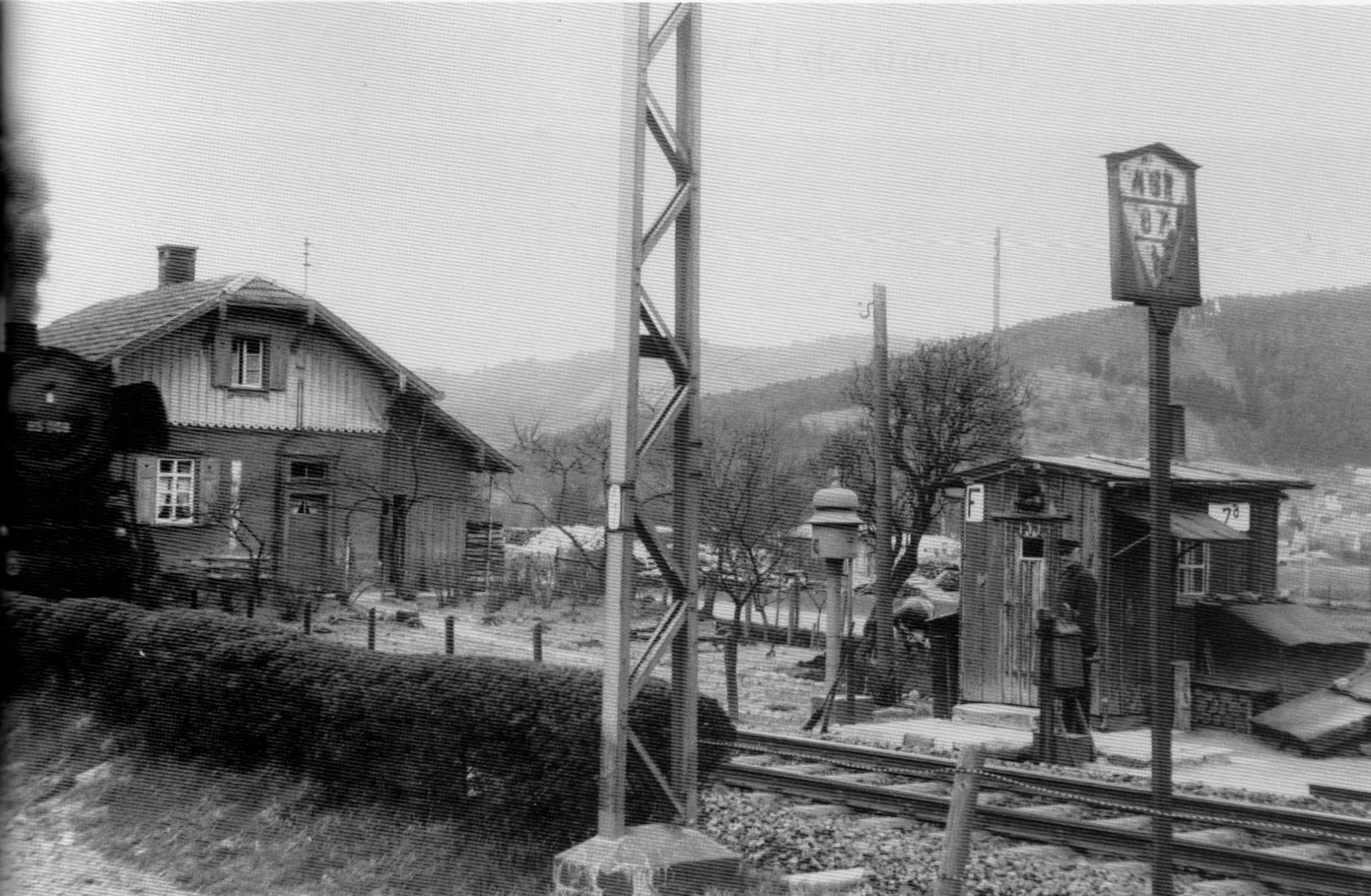 Freiburg Littenweiler: Dampflokomotive am Bahnübergang Kappler Straße. https://www.facebook.com/HistorischesFreiburg/photos/np.1453532307277011.100002251567273/890546437702673/?type=3