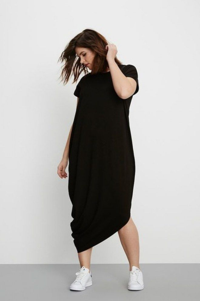 9d149c4cd81 Looks plus size! Vestido preto e tênis branco para um look minimalista