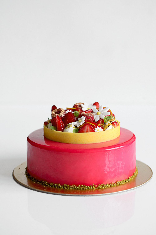 entremet verveine orgeat fleur d oranger et fraise patisserie cake and white chocolate