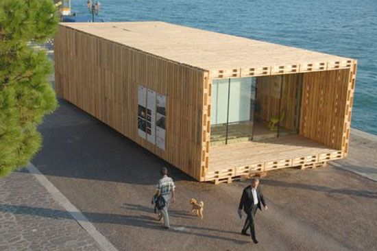 A modular house made out of reused pallets