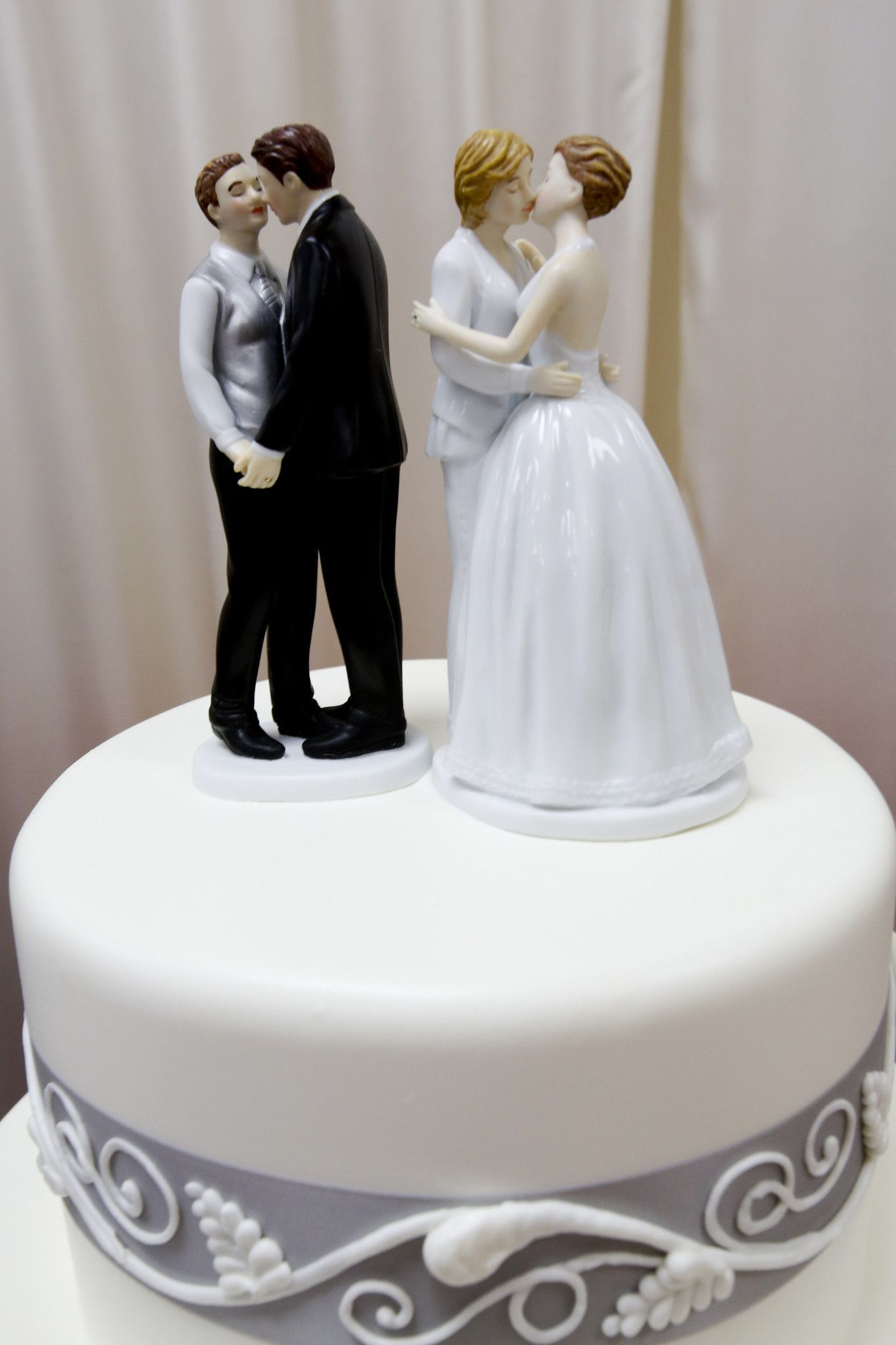 Former Oregon Bakery Owners Must Pay 135000 For Denying Lesbians Wedding Cake