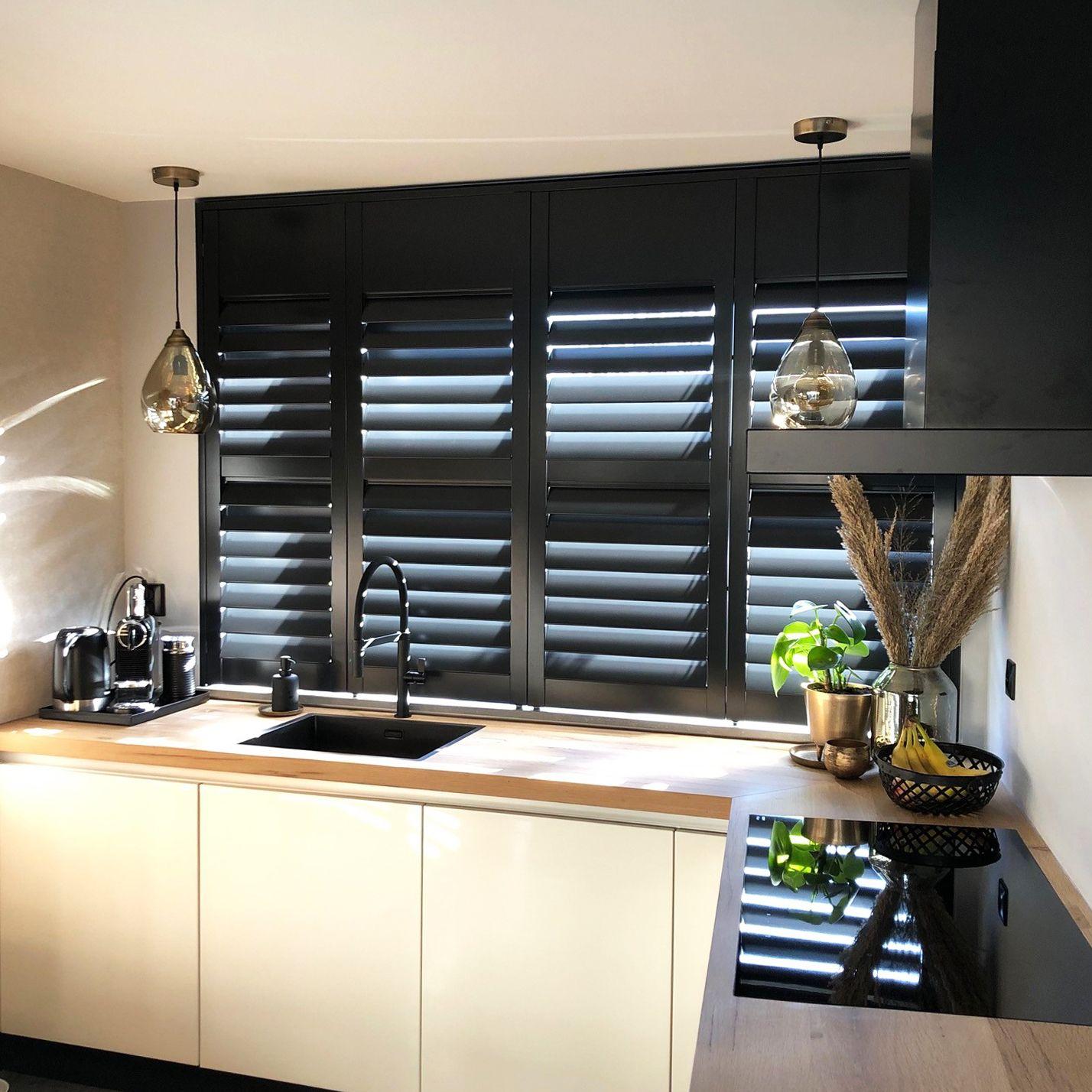 Zwarte Shutters In De Keuken Raambekleding Keukenraam Keuken