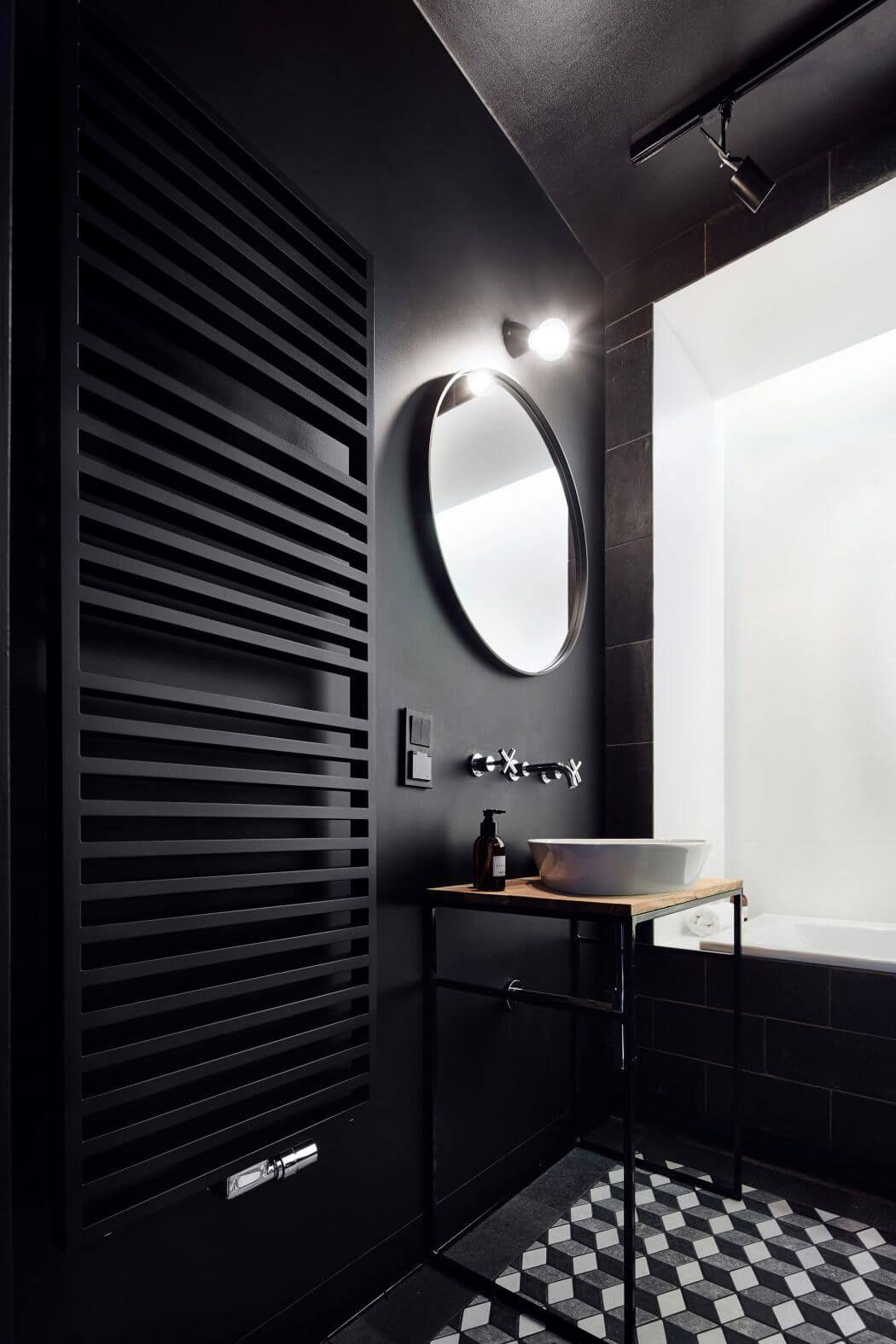 matt schwarzes gäste-wc mit dreilocharmatur und aufsatzschale