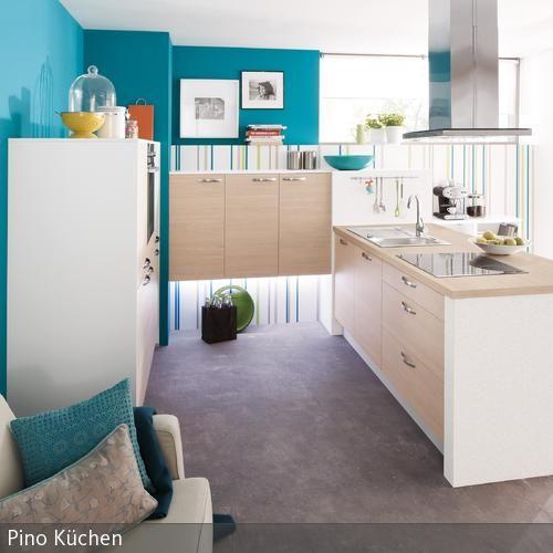 Türkisfarbene Küche mit Sofa Küchenmöbel, Wandfarbe und Holzoptik - wandgestaltung in der küche