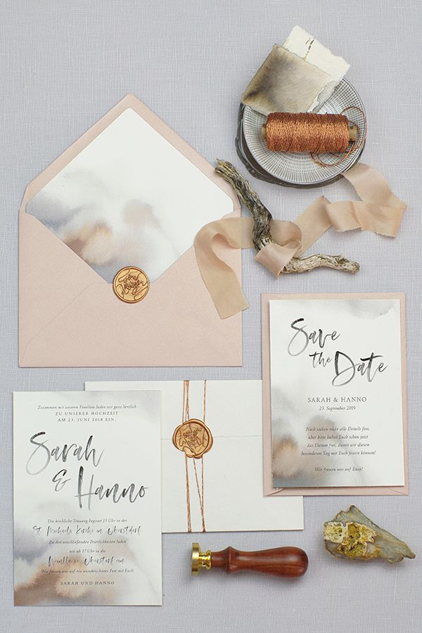Einladungskarten und Save the Date Karten für die Hochzeit in Cremé mit wunderschöner Textur aus Wasserfarben (erdige Farben, Braun, Mink Grau), mit passenden Umschlägen in Altrosa/ Nude und einem passenden Siegel