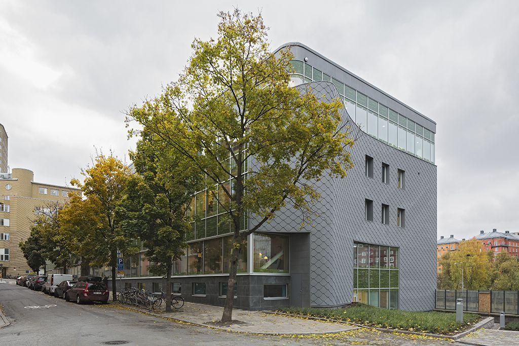 Atlas Garden in Stockholm (Sweden) by Sweco Architect Installer:KG Construction UAB / Carlssons Plåt AB,  Copyright:  ©️ foto bosse lind   #Zinc #VMZINC #GreenWall #Architecture #InterlockingPanel #Adeka #Sweden #QuartzZinc #Facade #Roof #Suède #Couverture