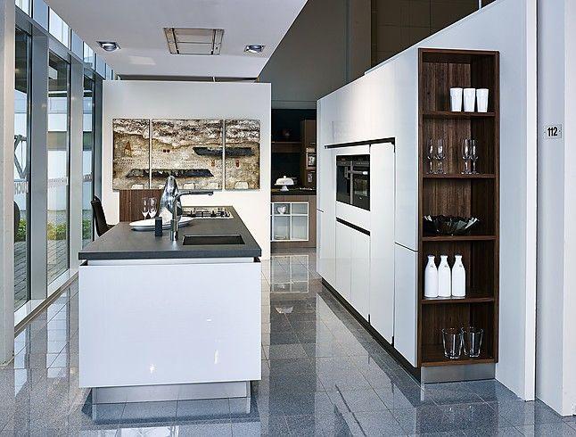 next125 musterküche moderne inselküche in weiß ausstellungsküche