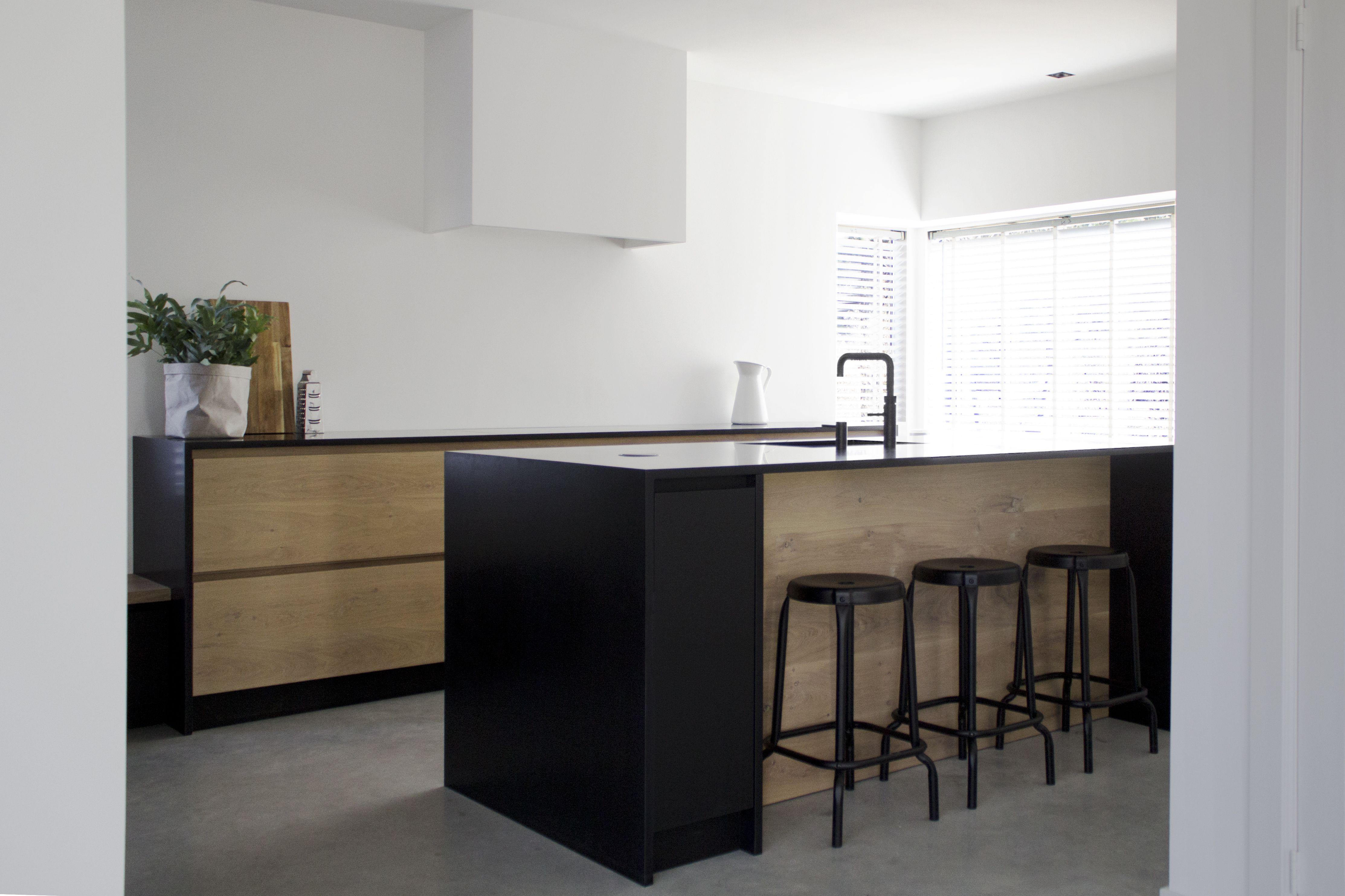 Keuken Organizer Ontwerpen : Moderne keuken van mat zwart arpa fenix hout robert tediek