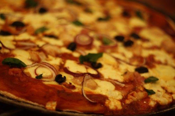 Pizza með kjúklingi, fetaosti og beikoni