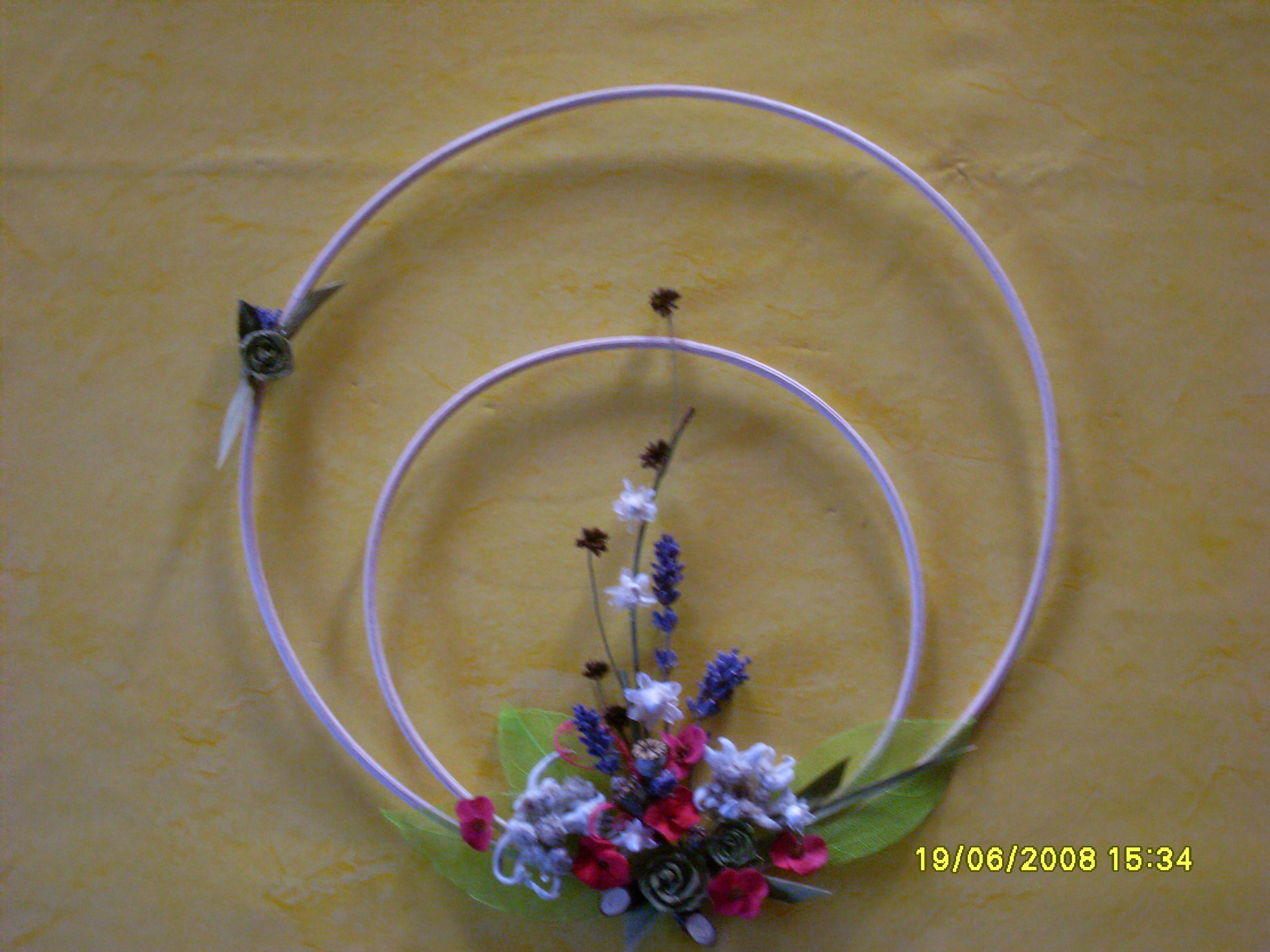 Blumengesteck auf doppeltem Peddigrohrring. Die Blüten sind z.T. aus ...