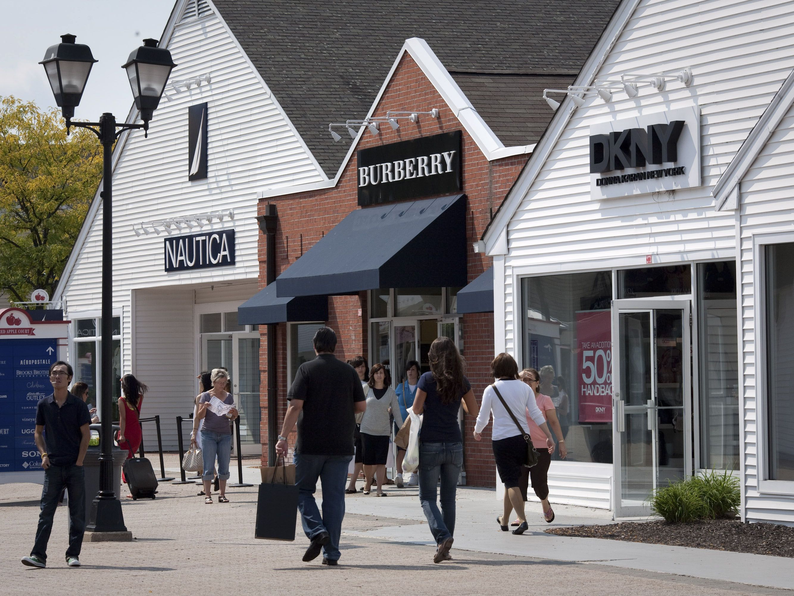 Aug 31, · While in New York, everyone likes to do a little shopping. However, prices can be way too expensive in Manhattan. This Woodbury Common Premium Outlets shopping tour takes you outside of NYC to shop big designer-name brands at lower prices/5().