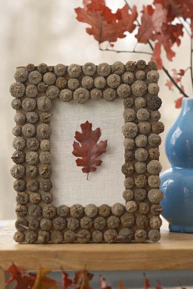 Buntes Blatt in Bilderrahmen mit Eicheln für Herbstdeko