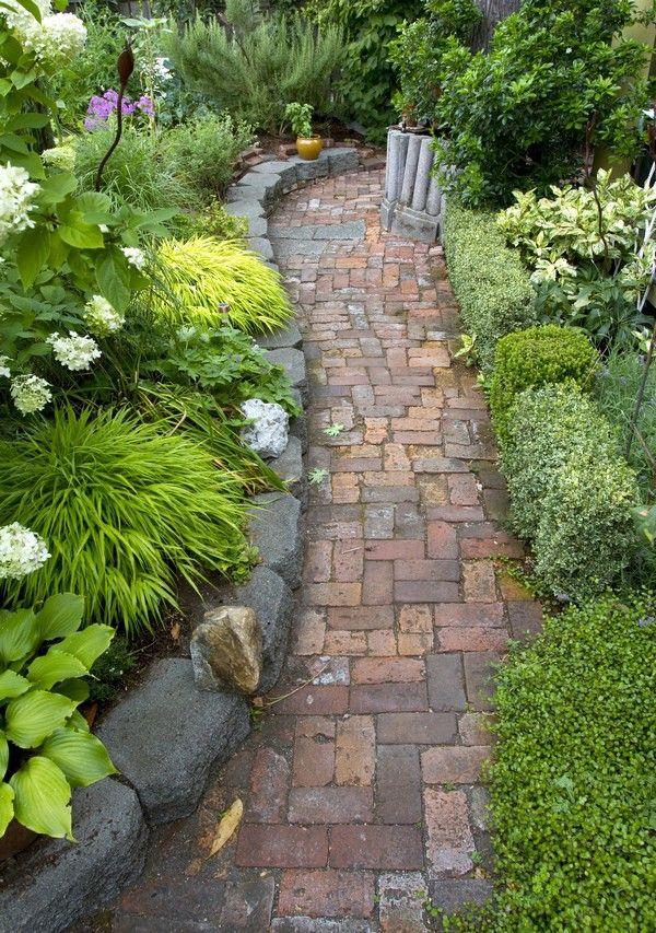 15 brillantes ideas para decorar jard n con ladrillos for Decorar muro jardin