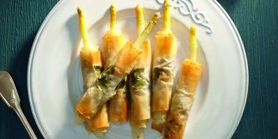 Knapperige rolletjes van witte asperges, Italiaanse ham