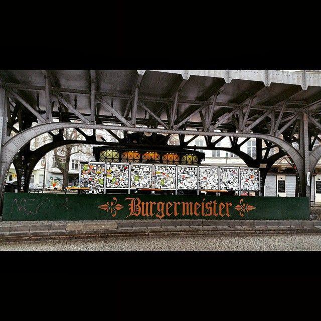 Hoy @mochilerostv os llevamos de paseo por #BerlínSecreto a comer a uno de esos lugares bien conocidos por los locales pero no tanto por sus visitantes, el @burgermeisterberlin. #Burgermeister es una conocida cadena de hamburgueserías con una peculiar historia, y es que antes de ser como hoy la conocemos, tuvo sus inicios ni más ni menos que en unos urinarios públicos. En la foto podéis ver como aquel primer local original todavía se mantiene camuflado entre el paisaje urbano, y en el cual…