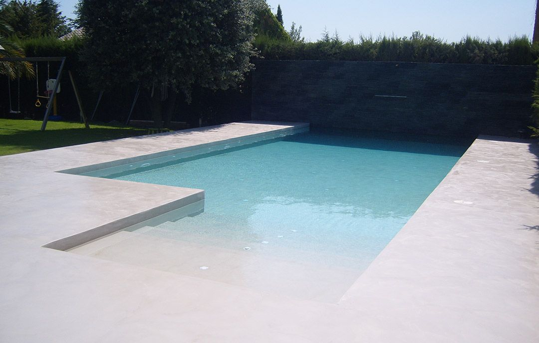 Piscina de microcemento acabado brillante blanco roto for Cemento pulido exterior