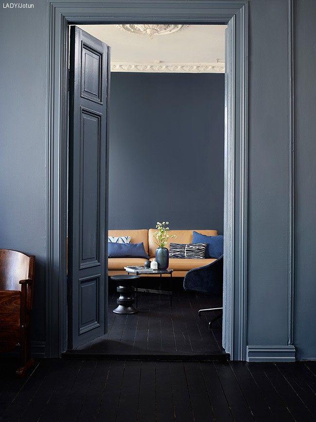 Bakveggen er malt med Deco Blue, mens rommet i front har fått fargenKveldshimmel. Dør, karm og list fikk samme farge for en rolig og myk overgang til veggen; LADY Supreme Finish 4618 Kveldshimmel. Gulvet er malt i Tre Stjerner 9938 Dempet Sort.