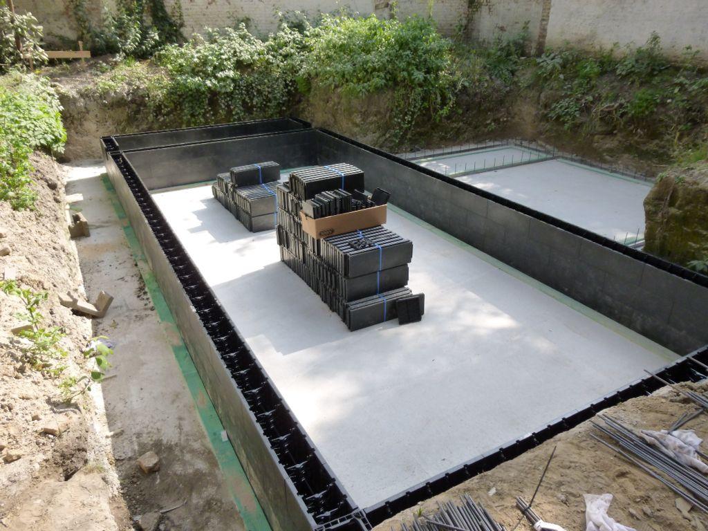 Cicabloc 200 zwembad in ommuurde achtertuin van for Zwembad achtertuin