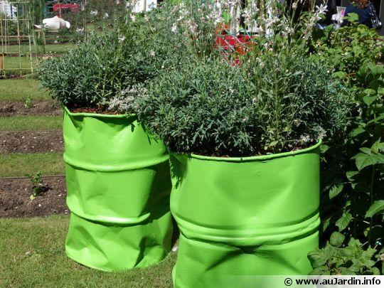 Idées pour le recyclage de barils ! | jardin : déco | Garden, Tub ...