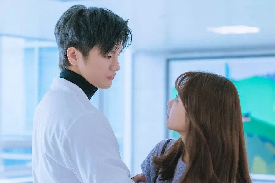 "Seo In Guk And Park Bo Young Have Heart-Fluttering First Encounter In ""Doom At Your Service"""