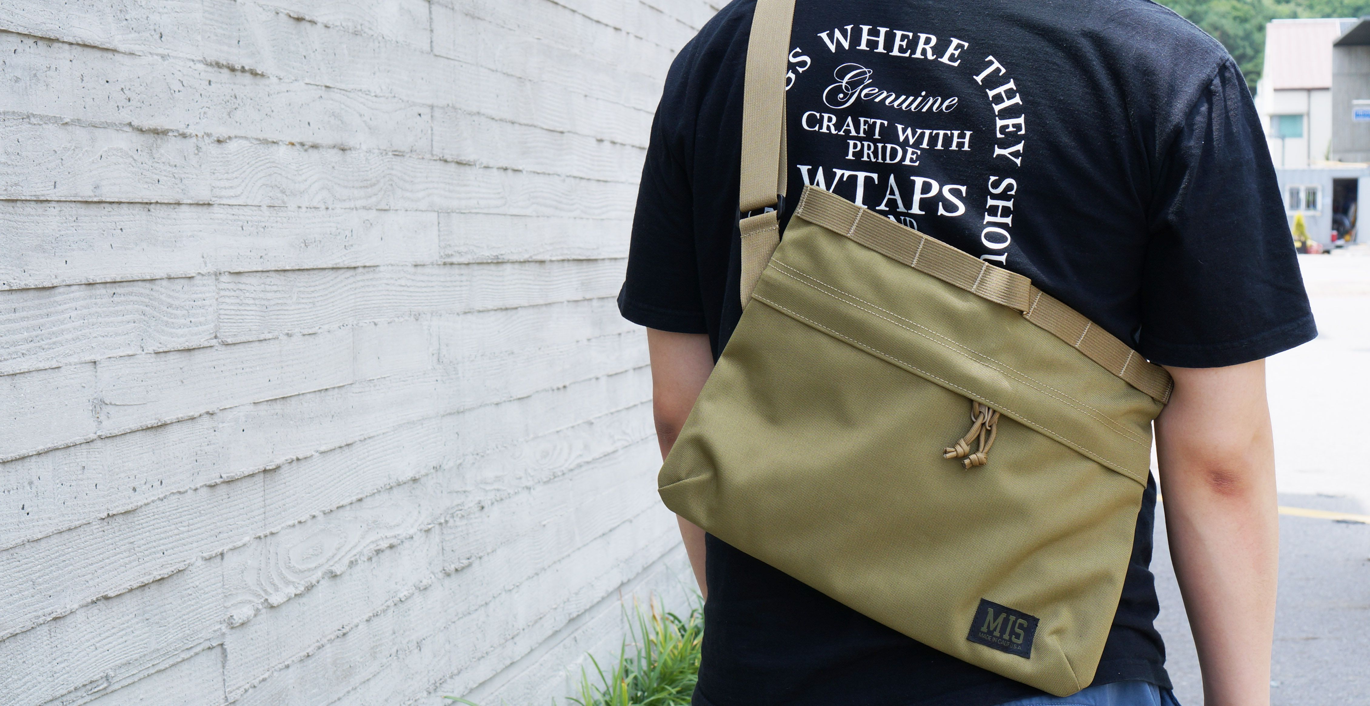 "MIS의 Padded Shoulder bag입니다. 13"" Macbook에 최적화되어 간편하게 착용하실 수 있는 제품입니다.  #mis #miscalif #milspec #madeinusa #camouflage #militarystandard #bag #가방"