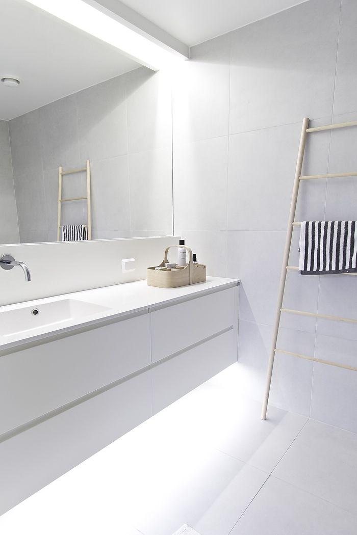 mooi badkamer meubel, en mooie lamp boven de spiegel | ~ Bathroom ...