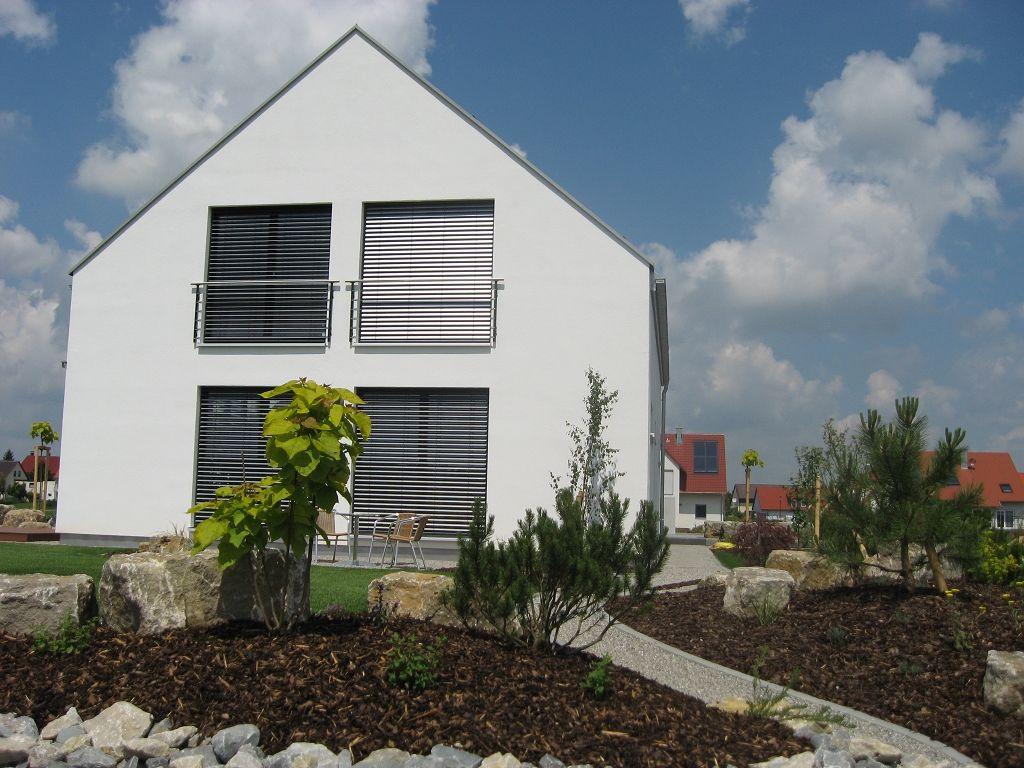 einfamilienhaus holzhaus gro e fenster satteldach franz sischer balkon sch ner garten. Black Bedroom Furniture Sets. Home Design Ideas