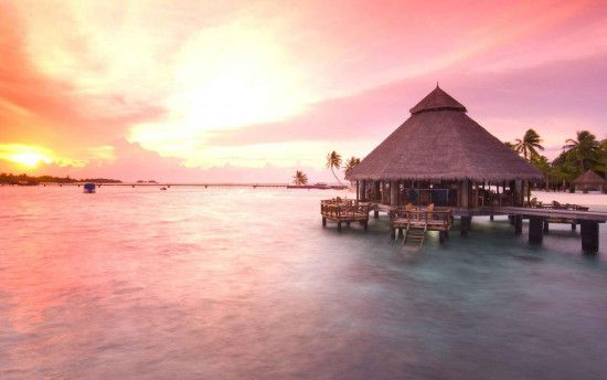 Luxury-Resort-in-Maldives-with-Beautiful-Sun-Trip-View
